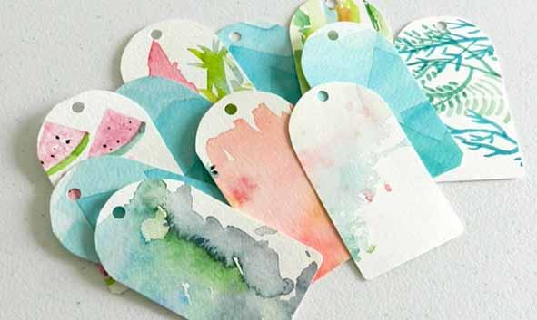 Etiquetas realizadas con pinturas de acuarela recicladas